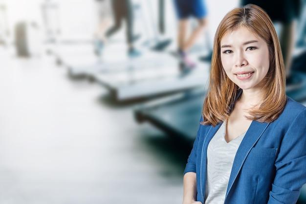 Rennende mensen in het fitnesscentrum op de loopband genezen Premium Foto