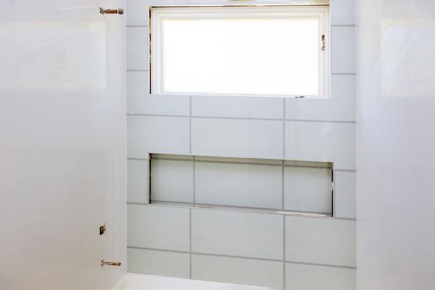 Renovatie constructie leggen vloer en wandtegel onafgewerkte reconstructie badkamer Premium Foto