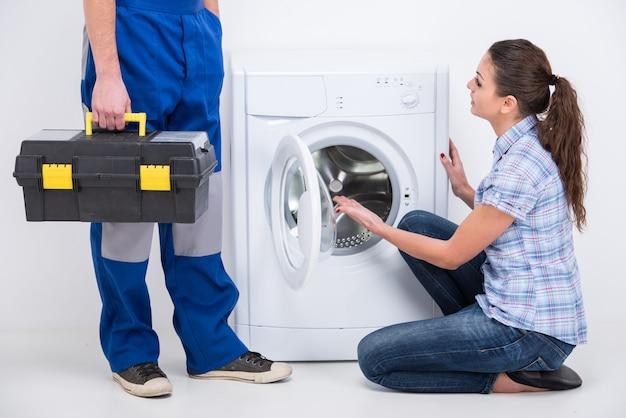 Reparateur kwam om een wasmachine te repareren. Premium Foto