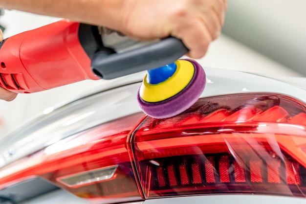 Reparatie en polijsten van achterlichten en de carrosserie van luxe auto's Premium Foto
