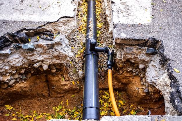 Reparatiewerk van enkele waterleidingen in de stad. Premium Foto