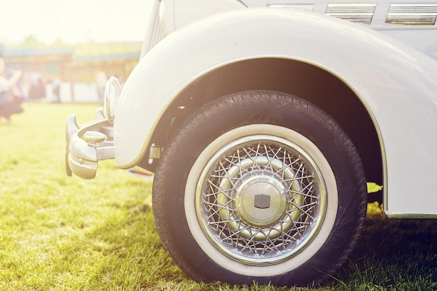 Retro auto geparkeerd op gras Gratis Foto