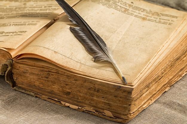 Retro boek op houten tafel geopend Premium Foto