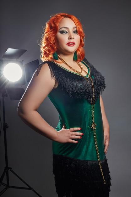 Retro cabaret mollige vrouw met rood haar Premium Foto