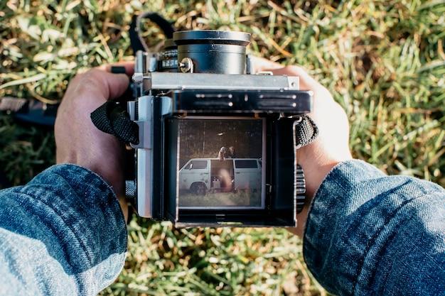 Retro camera met paar op foto Gratis Foto