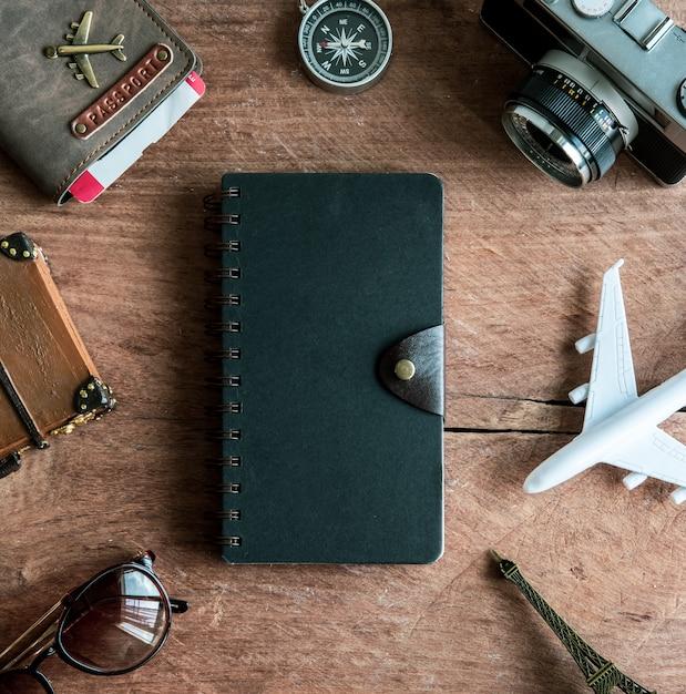 Retro camera met speelgoedvliegtuig, paspoort, reisartikelen en zuivelproducten, reisconcept Premium Foto