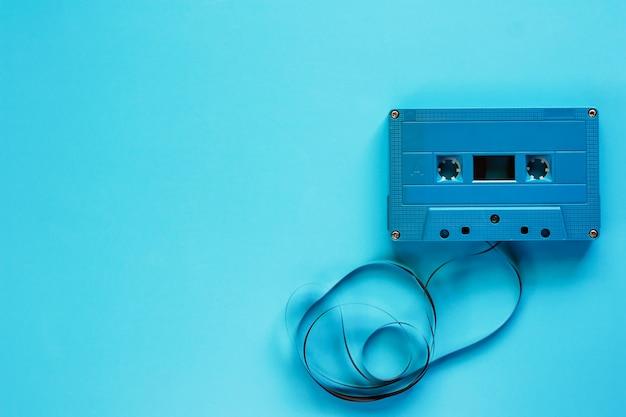 Retro cassetteband op blauwe achtergrond voor audioopname en playback Premium Foto