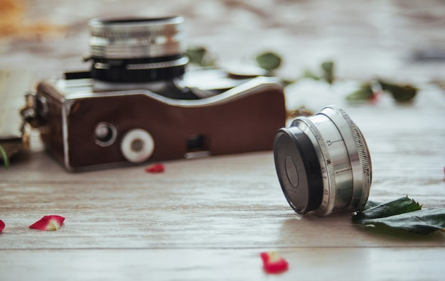 Retro de film en de bloemen van het camerabroodje op witte houten Premium Foto