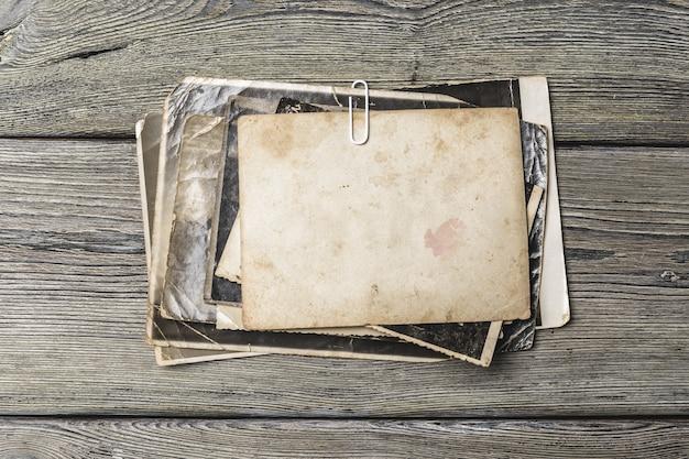 Retro enkele oude foto's op houten tafel Premium Foto