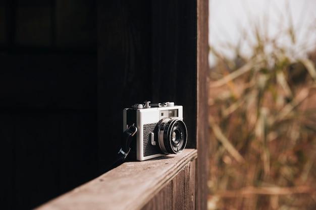 Retro fotocamera op een richel Gratis Foto