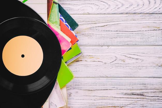 Retro gestileerd beeld van een inzameling van oude vinylverslagp's met kokers op een houten achtergrond met gestemd exemplaar ruimte hoogste mening Premium Foto
