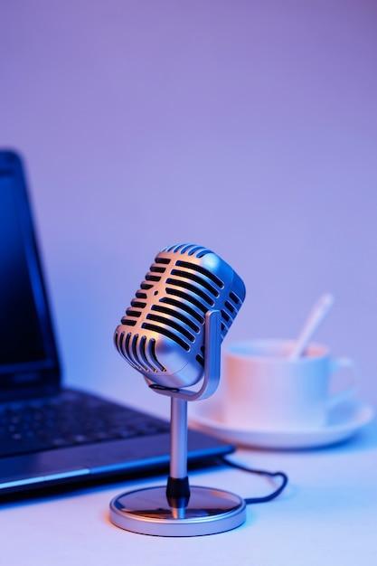 Retro microfoon en notebook computer, live webcast op luchtconcept Gratis Foto