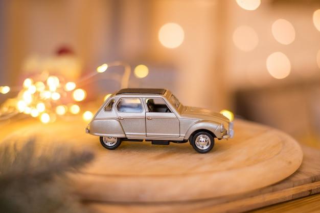 Retro mini speelgoedauto met bokehlichten Premium Foto