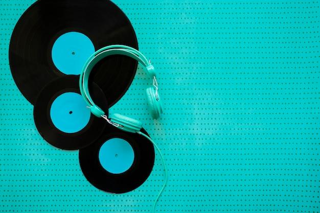 Retro muziekconcept met vinyl en koptelefoon Gratis Foto