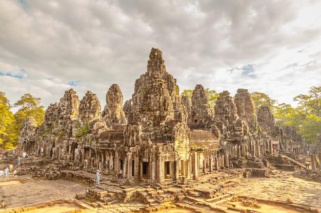 Retro oud kasteel in cambodja roept bayon, angkot thom Premium Foto