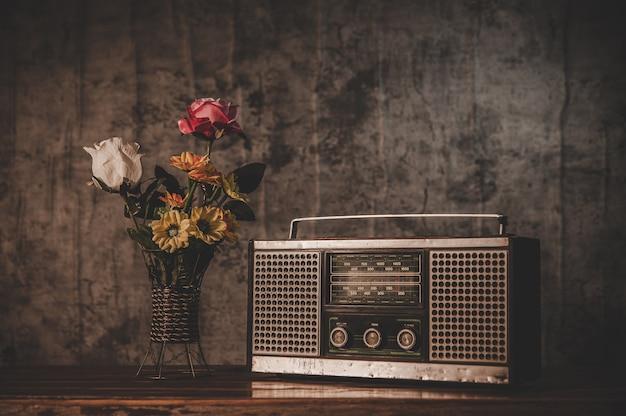 Retro radio-ontvanger en bloemenvazen Gratis Foto