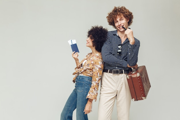 Retro verliefde paar met koffer paspoort en tickets. Gratis Foto