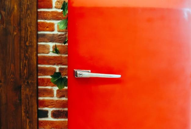 Retro vintage stijl rode koelkast tegen de muur Premium Foto