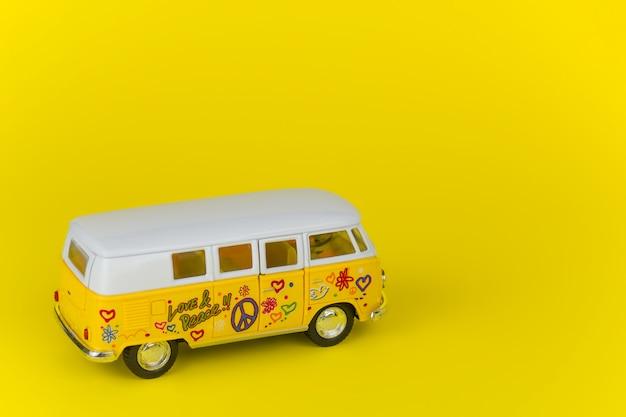 Retro wolkswagen busspeelgoed dat over geel wordt geïsoleerd Premium Foto