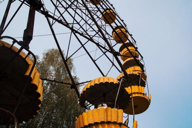 Reuzenrad van abadonrd in pripyat-spookstad in de uitsluitingsstreek van tsjernobyl, de oekraïne Premium Foto