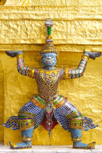 Reuzestandbeeld in emerald buddha-tempel, bangkok, thailand Premium Foto