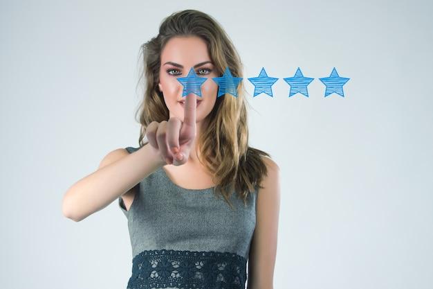 Review, vergroot rating of ranking, evaluatie en classificatie concept. Zakenman trekt vijf gele ster om de rating van zijn bedrijf te verhogen Gratis Foto