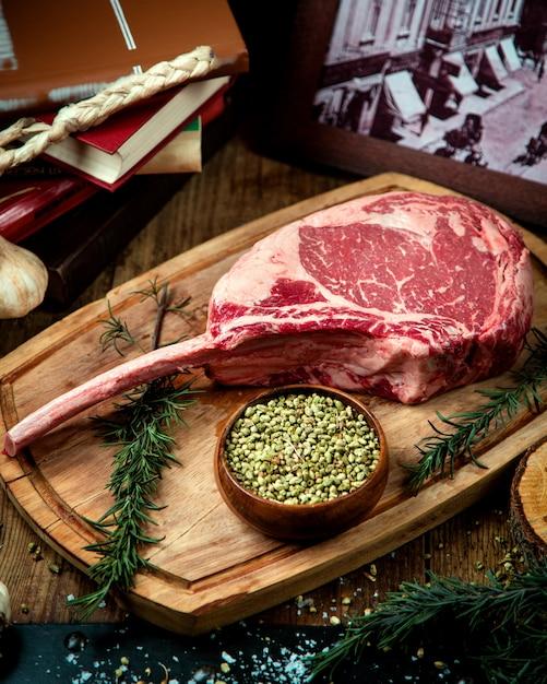 Rib eye steak op een houten bord Gratis Foto