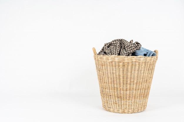 Rieten mand kleren die op wit worden geïsoleerd Premium Foto