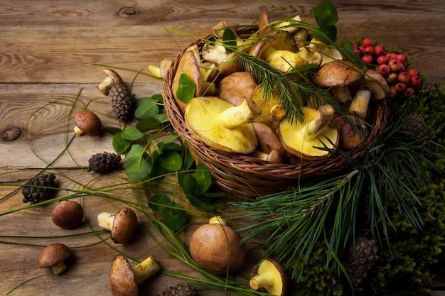 Rieten mand met champignons en bessen Premium Foto
