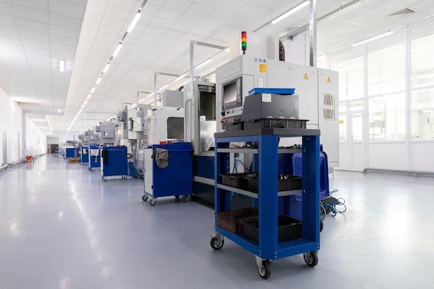 Rij van apparatuur die metaaldelen in fabriek produceert Premium Foto
