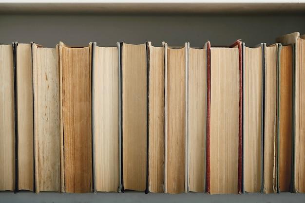 Rij van boeken als achtergrond, literatuurconcept Gratis Foto