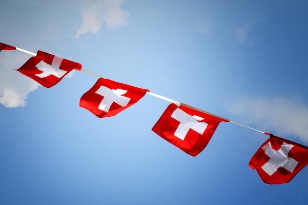 Rij van bunting met de zwitserse nationale vlag Premium Foto