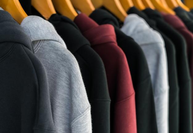 Rij van modieuze kleding op hangers. Gratis Foto