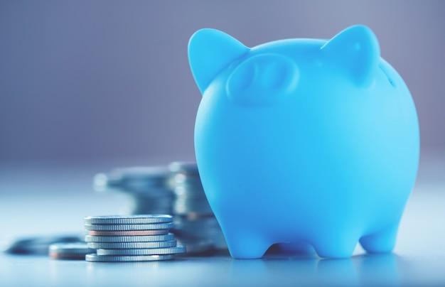 Rij van munten op hout achtergrond voor financiën en het opslaan van concept Premium Foto