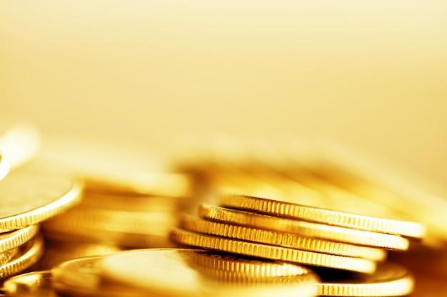 Rij van munten op hout achtergrond voor financiën Premium Foto