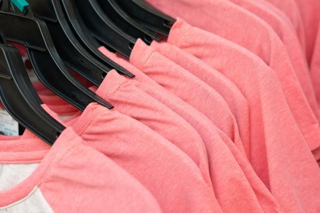 Rij van roze t-shirts in een winkel Premium Foto