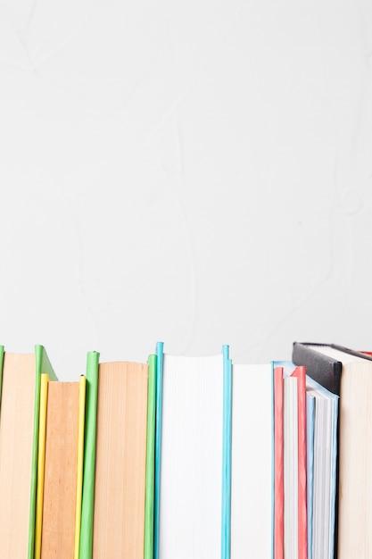 Rij van verschillende kleurrijke boeken Gratis Foto