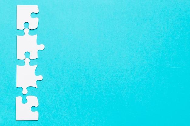 Rij van witte puzzel op blauwe achtergrond Gratis Foto