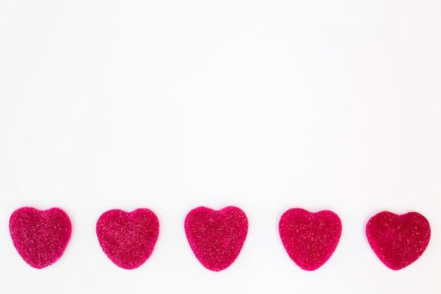 Rij van zoete snoepjes in de vorm van harten Gratis Foto