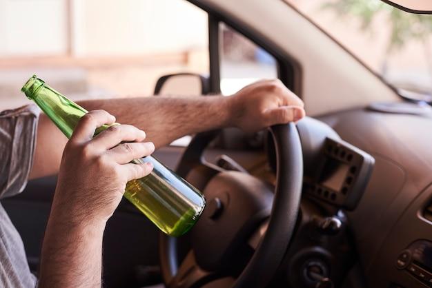 Rijden onder invloed. verminderd rijden Premium Foto
