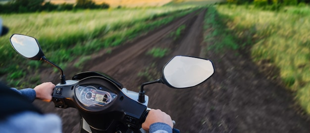 Rijdend langs een lege weg in het bos tegen de avondrood Premium Foto