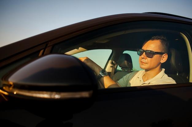 Rijdende mens die op de weg kijkt Gratis Foto