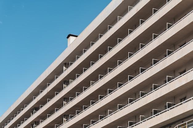 Rijen balkons van een stedelijk eigentijds gebouw in diagonaal aanzicht Premium Foto