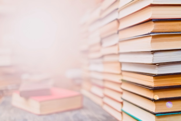 Rijen boeken in de bibliotheek. Premium Foto