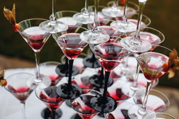 Rijen champagneglazen met kleurencocktails Premium Foto