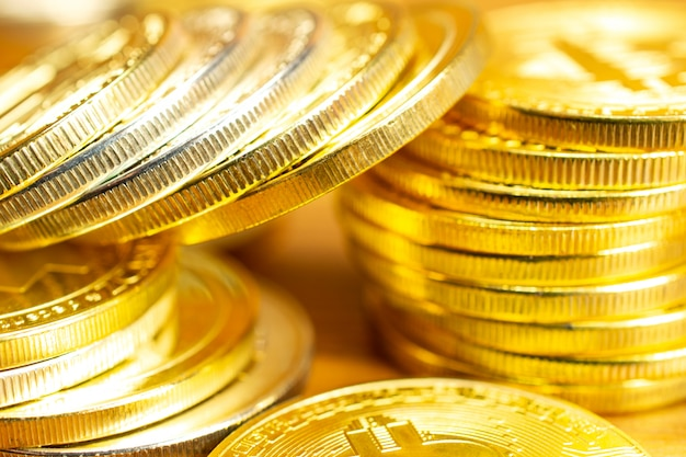 Rijen en stapels cryptocurrency-munten op houten tafel. Gratis Foto