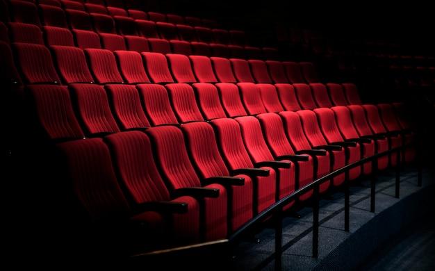 Rijen met rode stoelen in een theater Gratis Foto