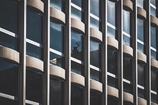 Rijen met verticale ramen op de gevel van een kantoorgebouw Premium Foto