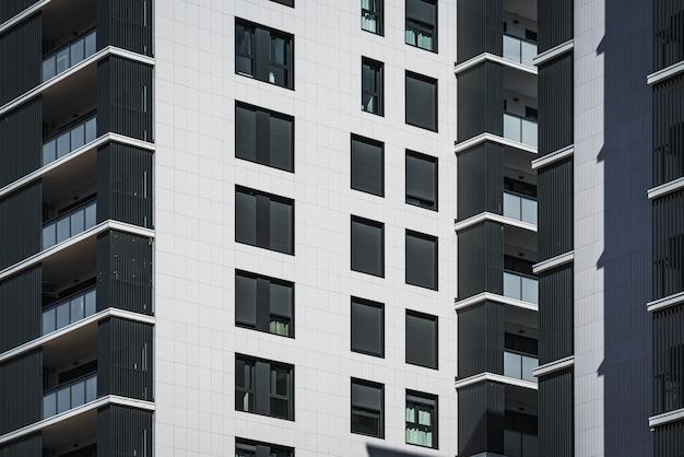 Rijen ramen en balkons van woongebouwen Premium Foto