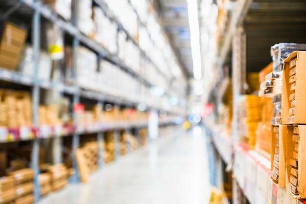 Rijen van planken met goederen dozen in moderne industrie magazijn winkel Premium Foto